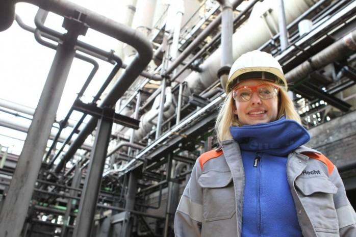 Frau Hecht an der Kohlenwertstoffanlage