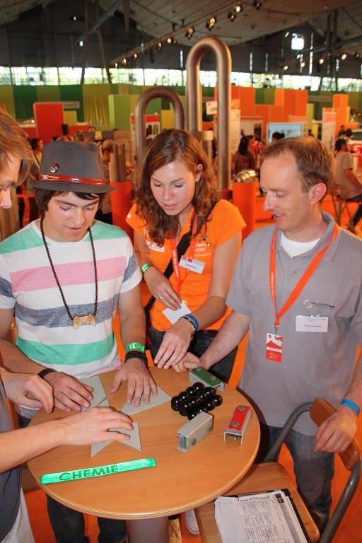 Neugierige Messebesucher beim Stand der Salzgitter AG auf der IdeenExpo 2011