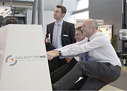 Zugversuch des Geschäftsführers Dr. Sebastian Bross (Vertrieb und Logistik) der Salzgitter Flachstahl GmbH