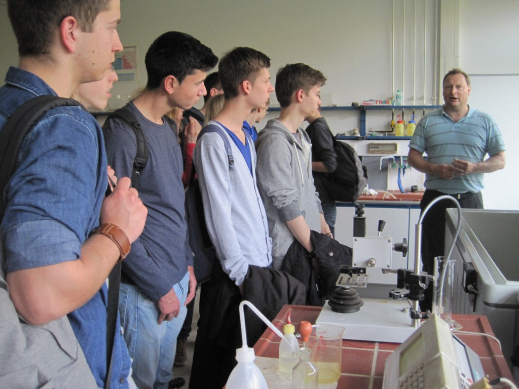 Dipl.-Ing. Manfred Nörhoff bei einer Laborführung in der Ostfalia und die Step.Ing Teilnehmer