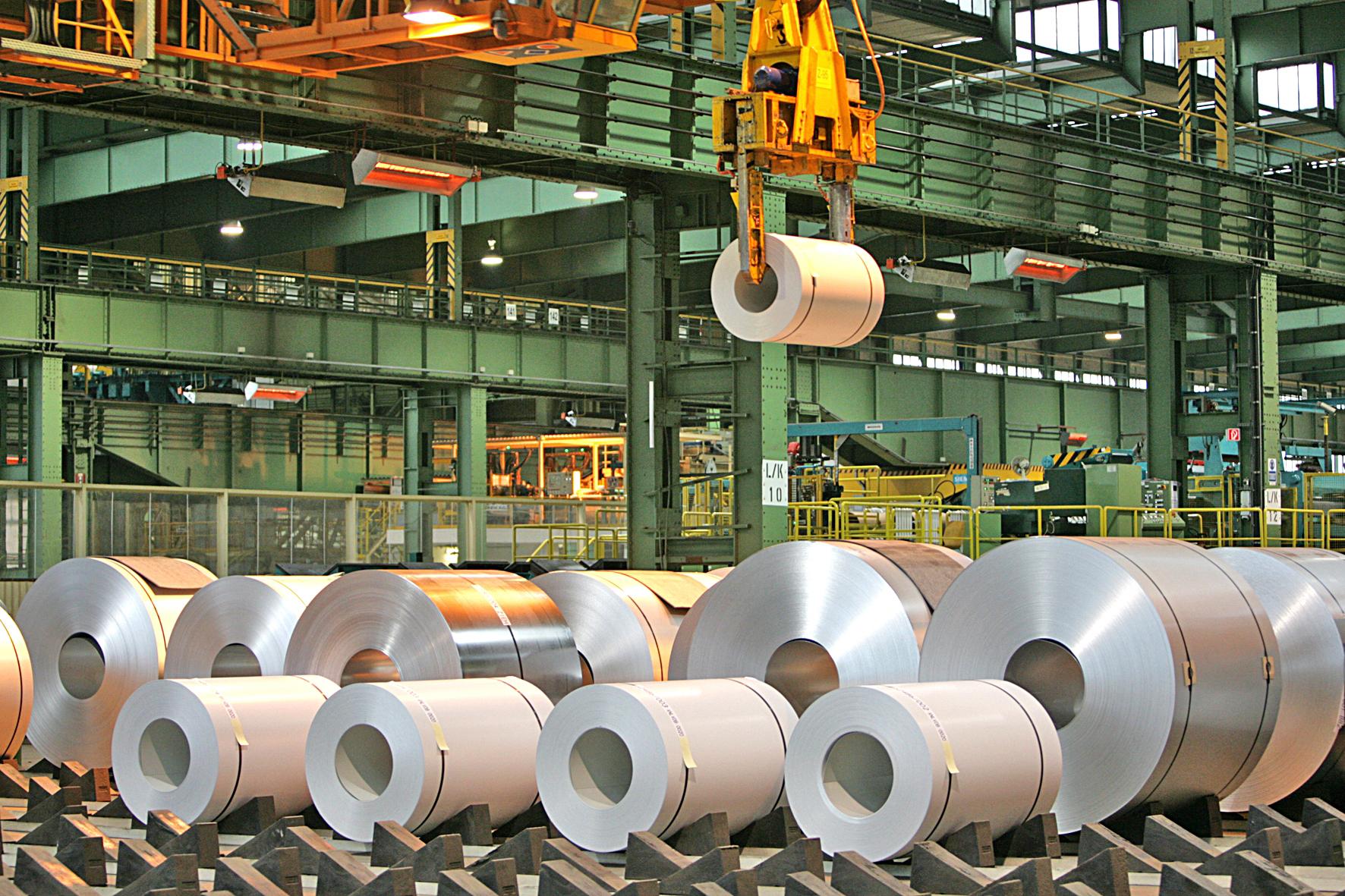 Bandbeschichtete und oberflächenveredelte Coils in der Oberflächenveredelung der Salzgitter Flachstahl GmbH.