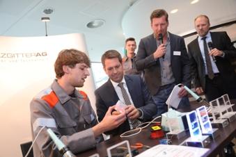 Pressefoto der IdeenExpo: Zeigt unseren Azubi Niklas bei der Durchführung eines Mitmachexperiments mit unserem Gast Olaf Lies