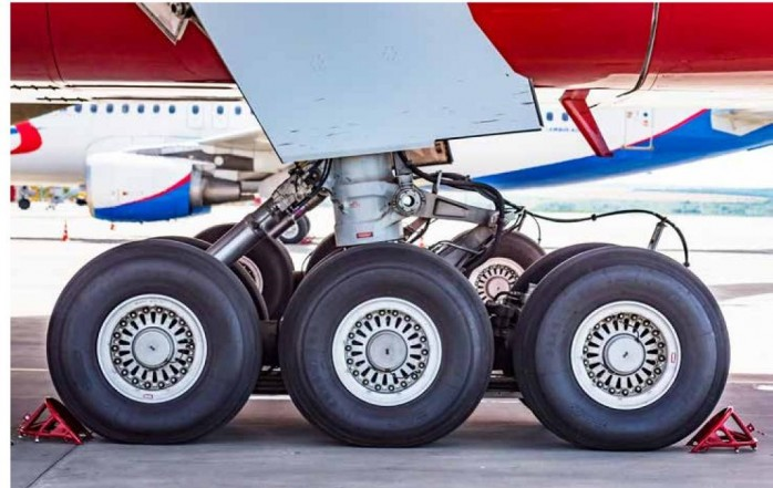Wichtige Teile des sonst aus Aluminium und Titan gefertigten Fahrwerks eines Verkehrsflugzeuges sind aus Stahl (Foto: AdobeStock@Yakuv)