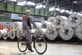 Auch im Betrieb steigt Thorsten Ostrowski immer wieder auf das Rad – die Wege bei Salzgitter Flachstahl und vor allem im Coillager sind weit