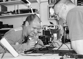 Zwei Servicetechniker in der Werkstatt
